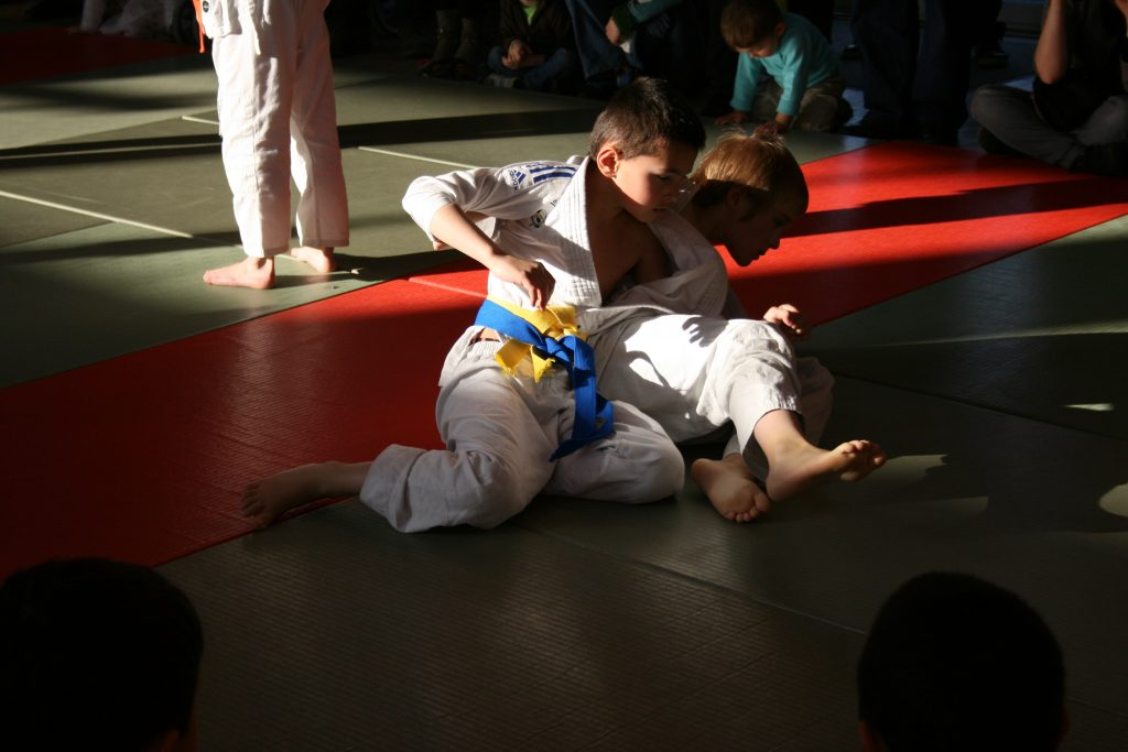 Deux jeunes judokas sur le tatami